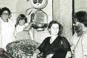 Con Dolores, su madre, en la Plaza de Abastos de Santiago de Compostela